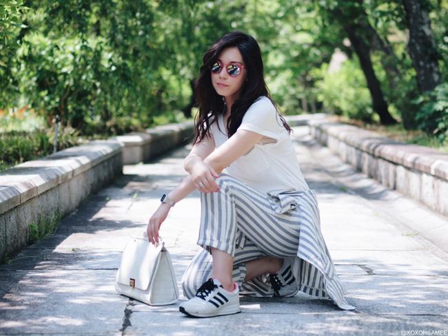 日本人ファッションブロガー ミズホ 今日のコーディネート アングリッドストライプセットアップスーツ,VネックホワイトTシャツ、アディダス アナザーエディション2016コラボスニーカー ZARA ハンドバッグ ゼロUV 六角形ピンクサングラス