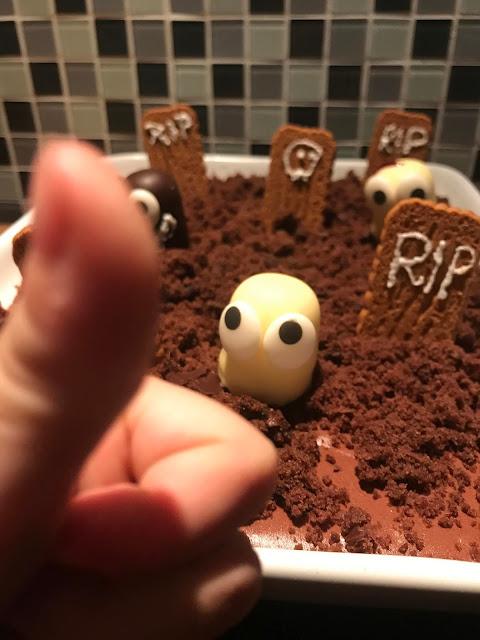 Halloween mit Kindern - Schokoladenpudding Friedhof