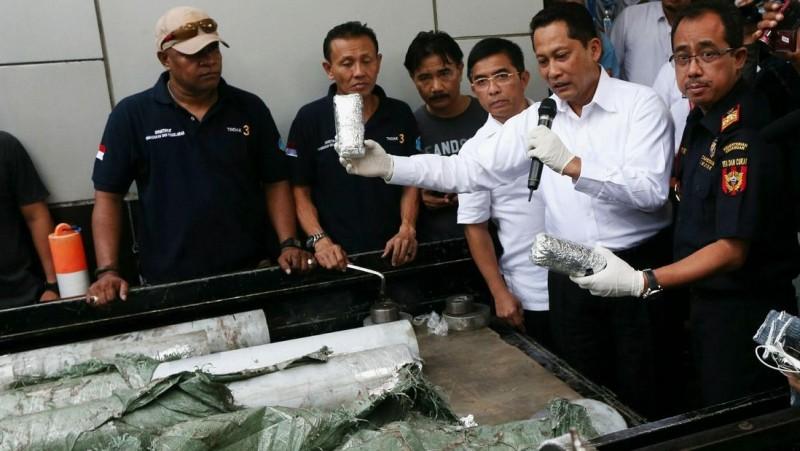 Kepala BNN Komjen Budi Waseso tunjukkan sabu yang disimpan dalam pipa