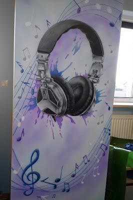 Muzyczny pokój nastolatka, malowanie w pokoju dziecięcego, motyw muzyczny dla dziecka, ciekawy pomysł na urządzanie pokoju dziecięcego