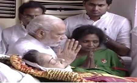 PM Modi Pays final Tributes to Jayalalithaa at Rajaji Hall