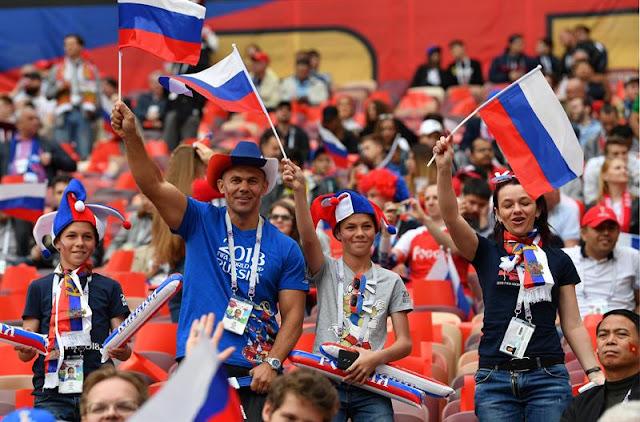 Torcedores russos estavam animados antes do jogo - Créditos: EFE/EPA/PETER POWELL
