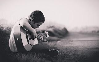 Memainkan alat musik