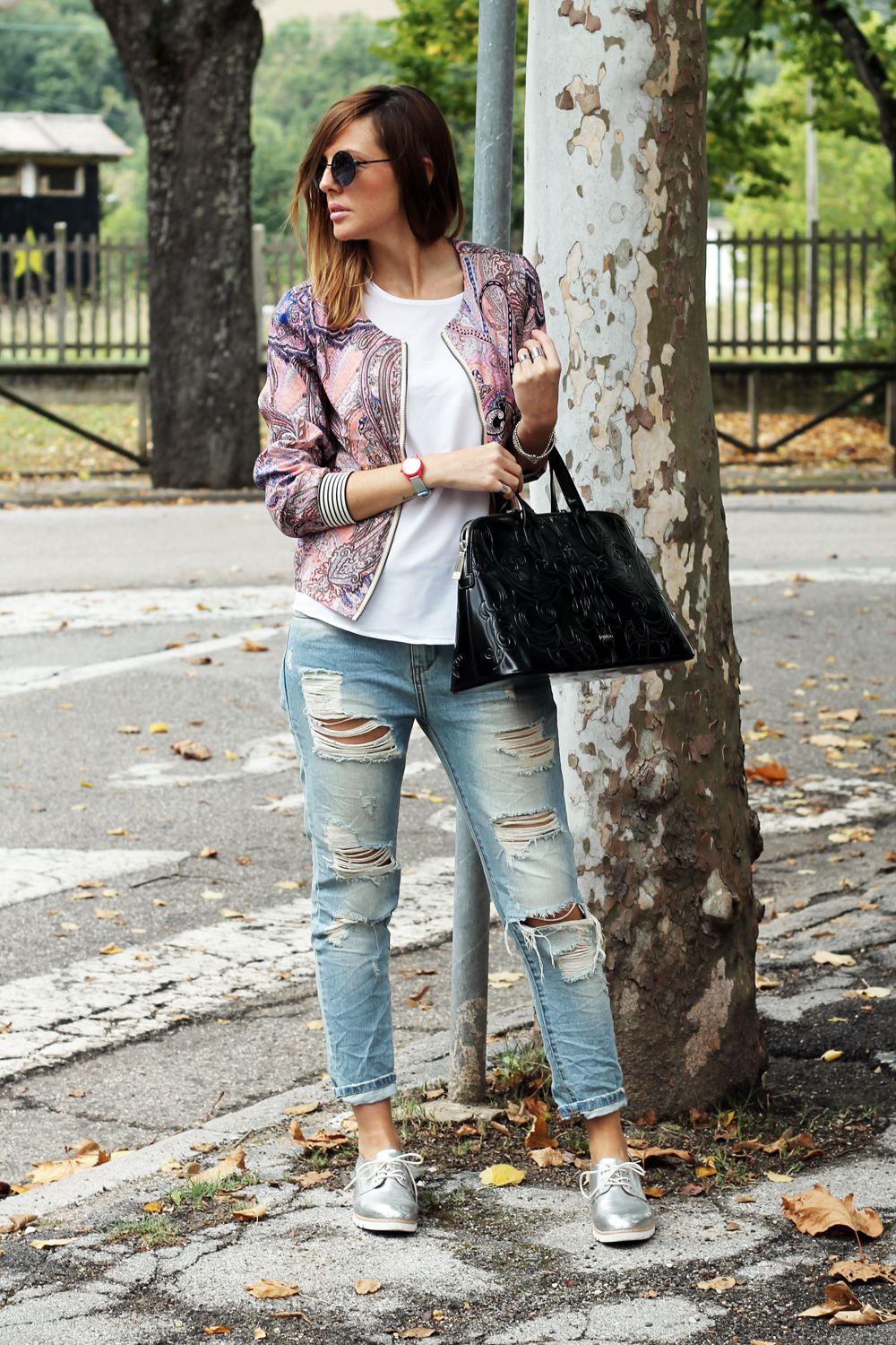 7-outfit-look-jeans-strappati-top-bianco-bomber-borsa-pinko