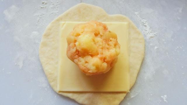 生地にチーズ、じゃがいもの順にのせて包む