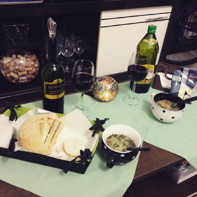 foto de pão e vinho