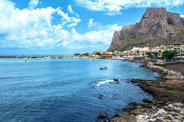 Praia Sferracavallo em Palermo na Sicília