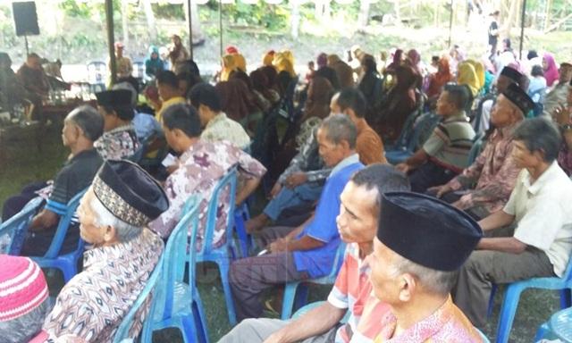 Warga desa Dalem kawasan Desa Wisata Blue Lagoon antusias menghadiri dialog 'Sambung Rasa' dengan Titiek Soeharto