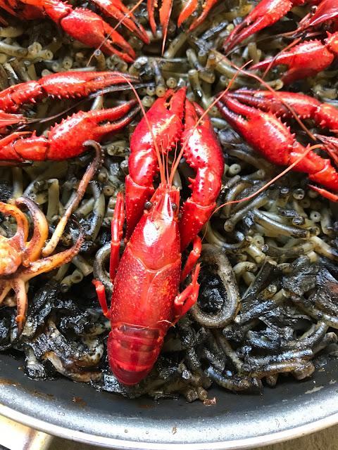 fideos negros con cangrejos de río receta