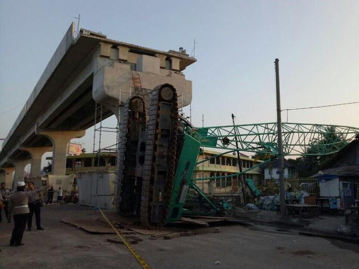 Crane dan Landasan Rel LRT Timpa Rumah Warga, 3 Orang Terluka