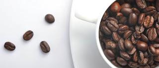 Foto de taza con granos de café
