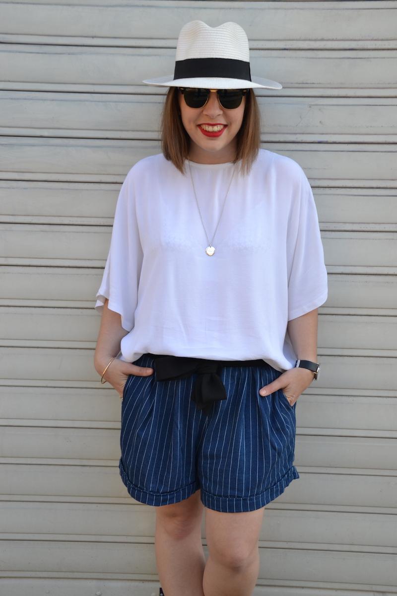 blouse blanche et short en conton rayé H&M et panama