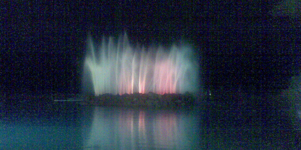 'El Cráter de agua' iluminado durante la noche