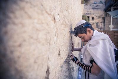 """Los términos """"cuatro ciudades santas de Israel """" (ארבע ערי הקודש) o """"cuatro terrenos de la vida"""" (ארבע ארצות החיים) se refieren a Jerusalén, Hebrón, Safed y Tiberíades."""
