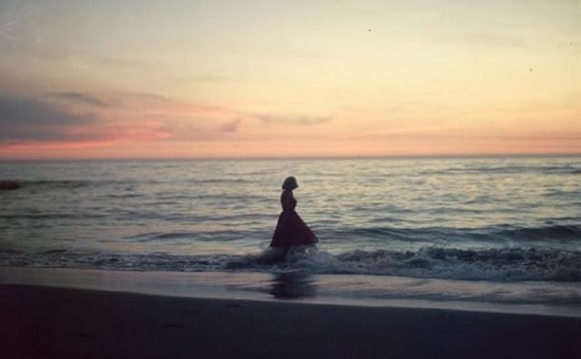 Mujer, olas, sol