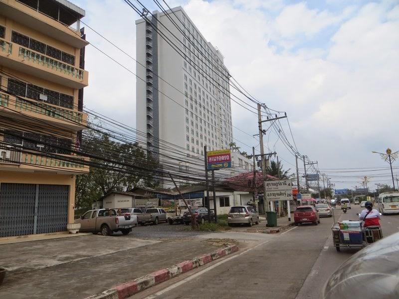 Здание отеля в Сураттани