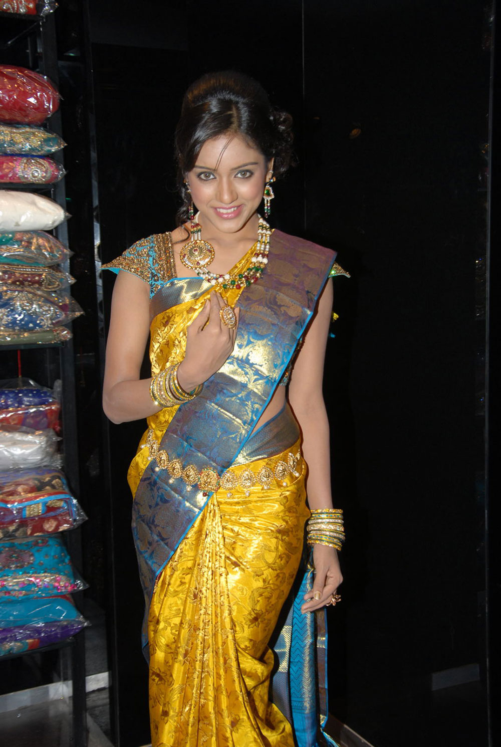 gorgeous Vithika seru at kalanikethan bride & groom collection launch