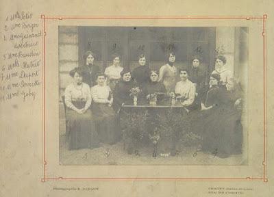 Institutrices de l'école de filles de la rue Centrale (rue Carnot) à Montceau, 1919 (collection musée)