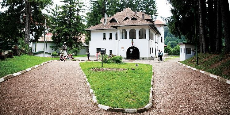 """Casa memorială George Enescu, cunoscută şi sub numele de """"Vila Luminiș""""."""