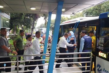 Ditemani Chelsea Islan, Jokowi Naik Transjakarta ke Stasiun MRT