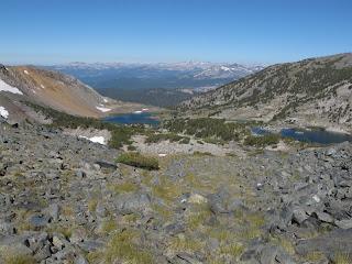 Die Deer Lakes und dahinter das ausgedehnte Tal der Middle Fork des San Joaquin River