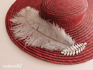 Sombrero tipo canotier color burdeos con pluma en gris by malonsilla para invitada boda