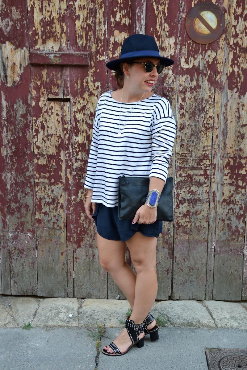mariniére et short a volants H&M, chapeau Aleane officiel, sandale Sheinside, pochette American Vintage, manchette bleu lapis