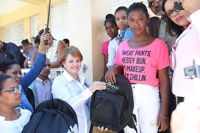 Critican a Lucía Medina por poner su nombre en mochilas de Educación