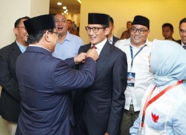 Di Belakang Panggung, Prabowo Rapikan Dasi Sandi
