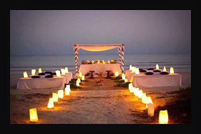 Altar con velas para casamiento en playa