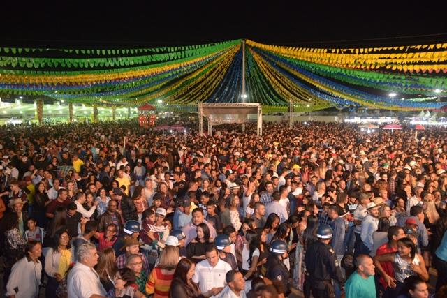 Em noite de público recorde, mais de 25 mil pessoas lotam o Arraiá do Parque na segunda noite do São João de Barreiras