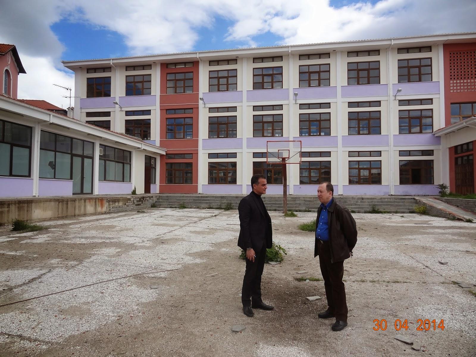 Καρυπίδης-Αδαμόπουλος στο εγκαταλελειμμένο κτήριο της Πανεπιστημιακής Σχολής Καστοριάς.