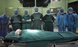 Subhanallah! Para Dokter Beri Hormat Pada Jenazah Bocah Ini, Ternyata Hal Megejutkan Telah Dilakukannya