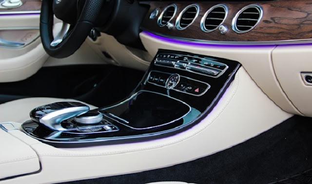 Tựa tay Mercedes E200 2017 được thiết kế bắt mắt với ốp Gỗ được sơn màu Đen