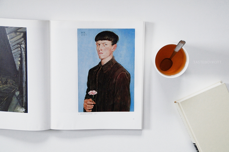 Otto Dix Portrait Kunstbuch und Tee Flatlay im Herbst. Tasteboykott.