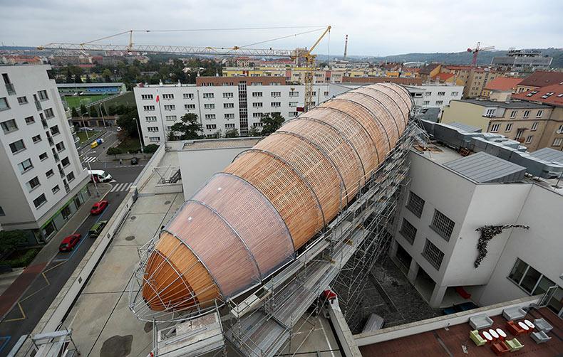 Un Centro de arte aontemporáneo de Praga construye un dirigible de 42 metros de largo como un hogar para Eventos Públicos