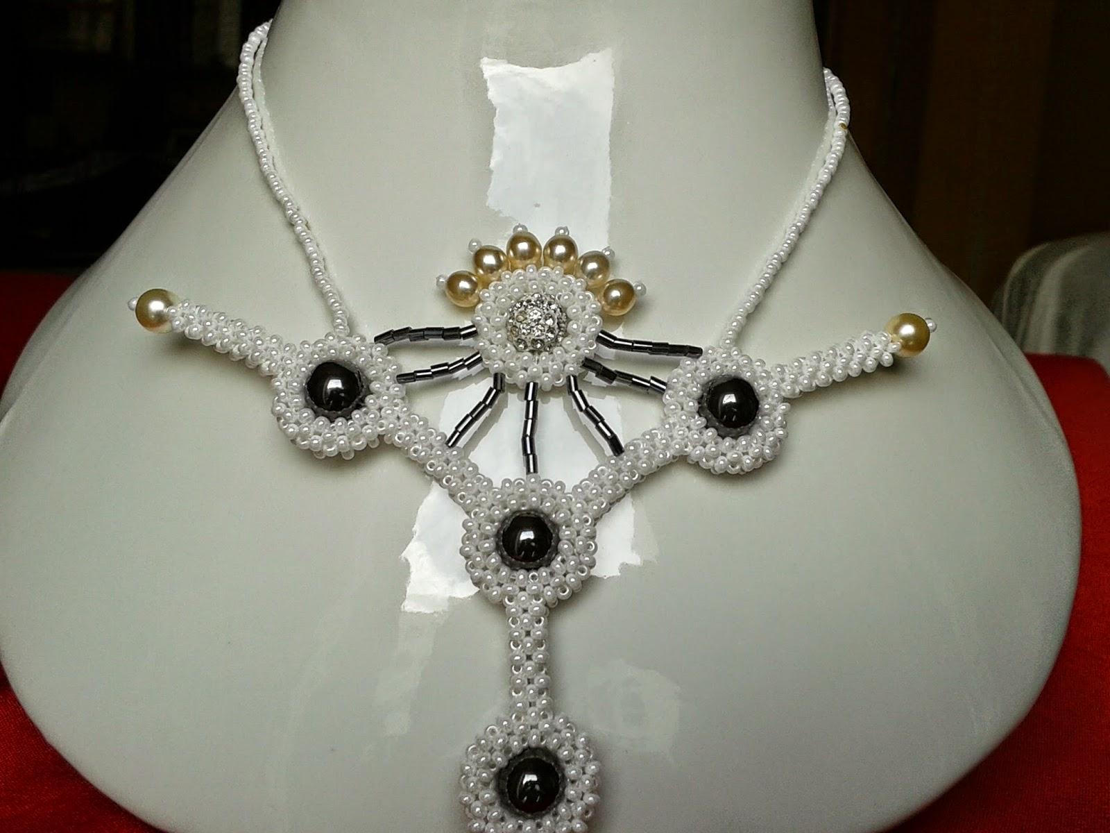 perles de rocailles preciosa ornela, hématites grises, demi tubes grises, perles nacrées blanches