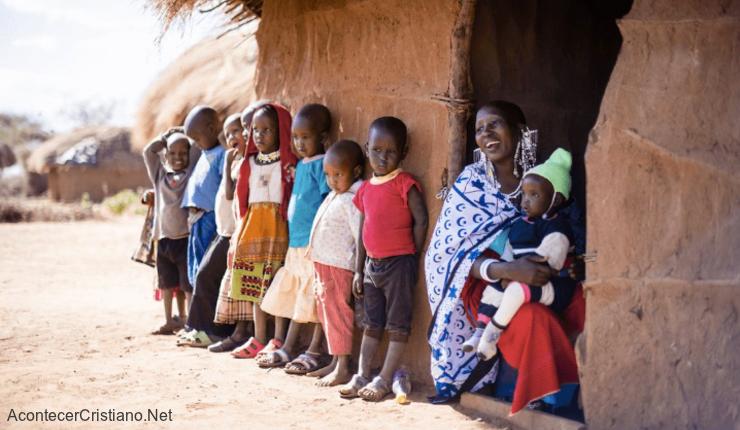 Niños africanos reciben ayuda de misioneros