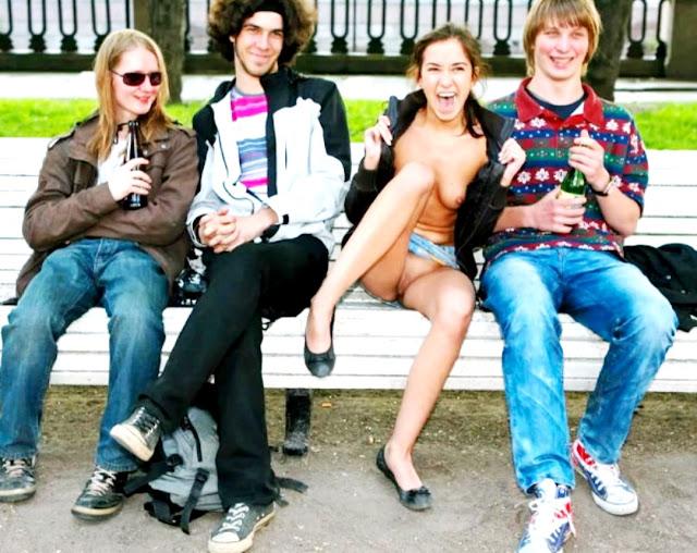 Подсмотренные письки девушек WWW.EROTICAXXX.RU девушки без трусов, девичьи писи на улице (18+)