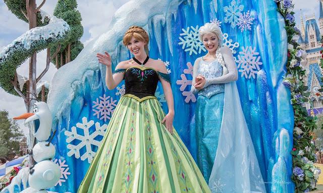 Anna e Elsa na parada do Magic Kingdom