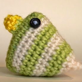 http://translate.google.es/translate?hl=es&sl=en&u=http://www.lookatwhatimade.net/crafts/yarn/crochet/free-crochet-patterns/crochet-easter-chicks-pattern/&prev=search