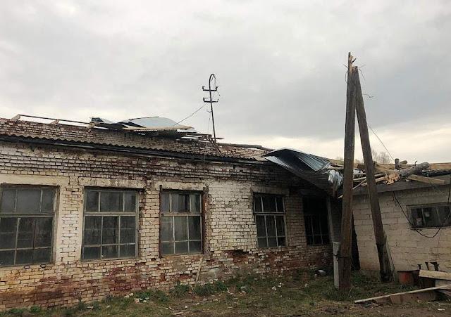 Из-за сильного ветра по Башкирии у многих зданий повреждена кровля