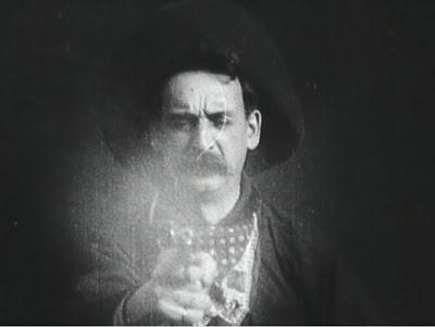 Justus D. Barnes tire sur le spectateur à la fin du Vol du grand rapide, réalisé par Edwin S. Porter et Wallace McCutcheon (1903)