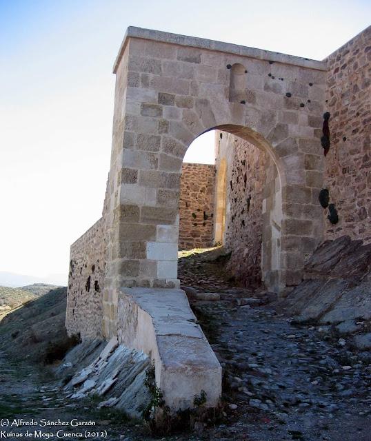 ruinas-moya-cuenca-arco-puerta-villa