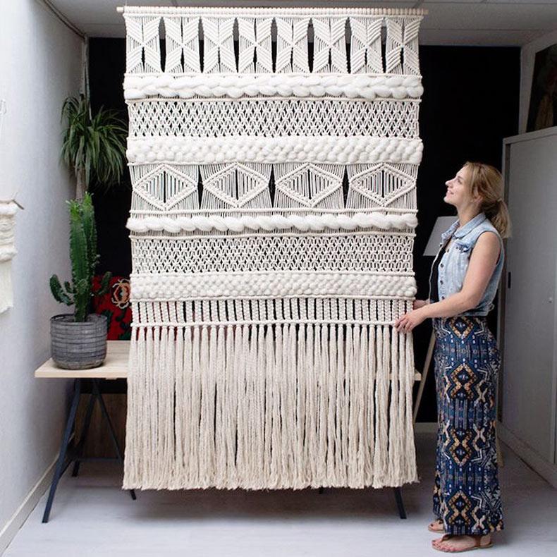 Preciosos adornos de pared geométricos dan al macramé un cambio de imagen moderno