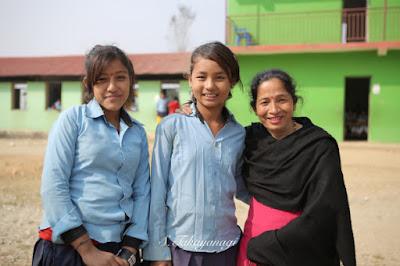 ネパールの女子学生と先生
