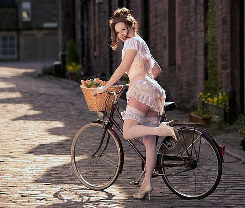 Девушка на велосипеде. Пин ап.
