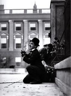 """Чарли Чаплин и оператор Ролли Тотеро на съмках """"Огней большого города"""""""