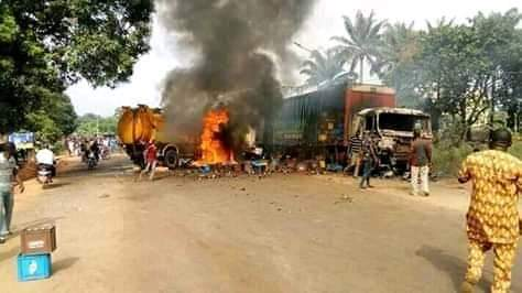 Graphic Photos/Video: Sewage truck crushes three school children, five others to death in Nnewi. Irate mob set vehicles ablaze