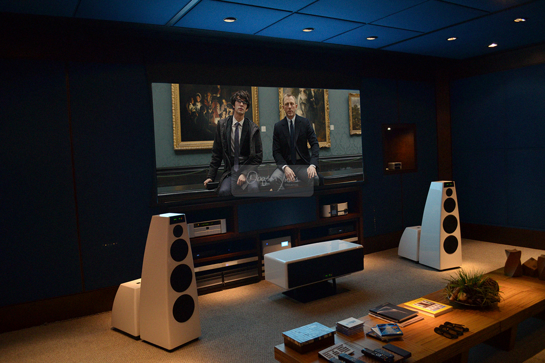 Dagson Sales testando sala de home cinema Carnegie Hall no showroom da Som Maior